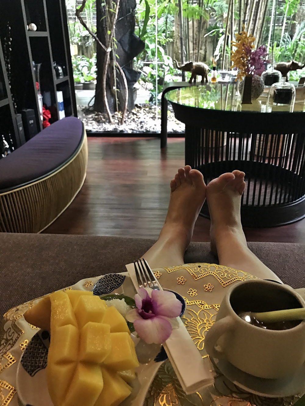 ディバナ マッサージ&スパ ロビーでマンゴーとお茶