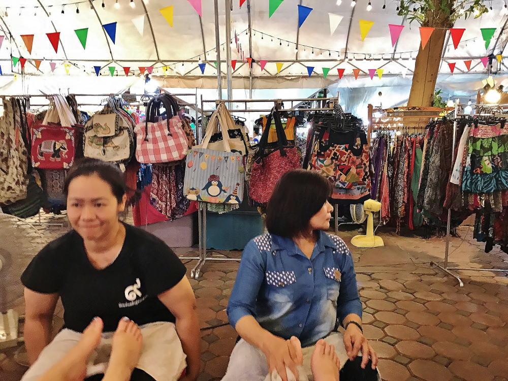 タイ ナイトマーケット 路上マッサージ