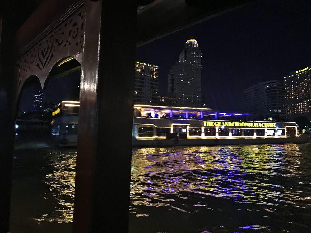 チャオプラヤ川 船で渡る