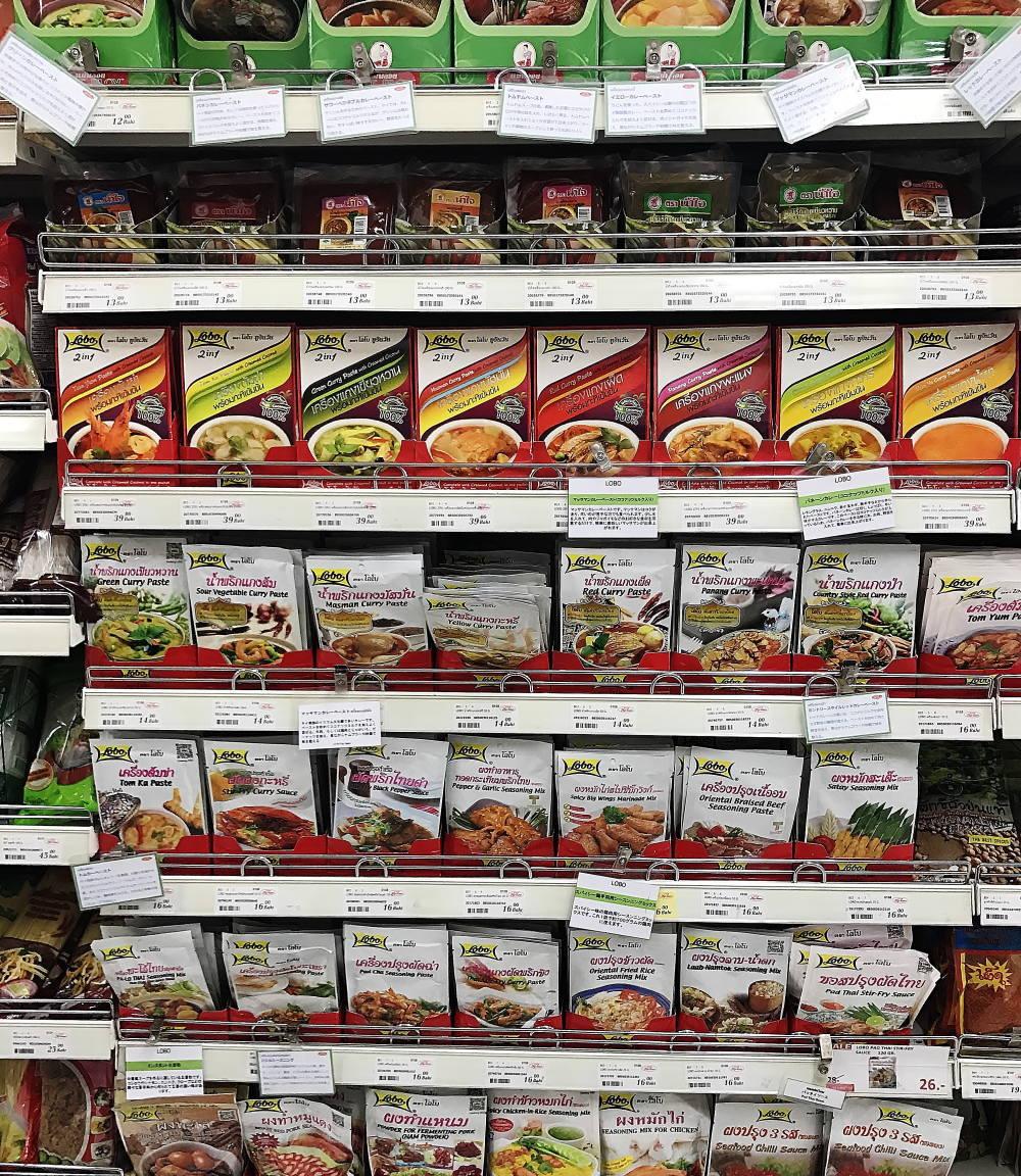 タイのスーパーに置いてあるレトルト食品
