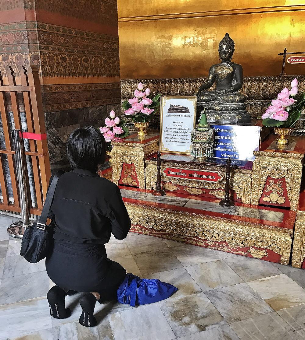 大涅槃仏(プラ・プッタ・サイヤート)でお祈り