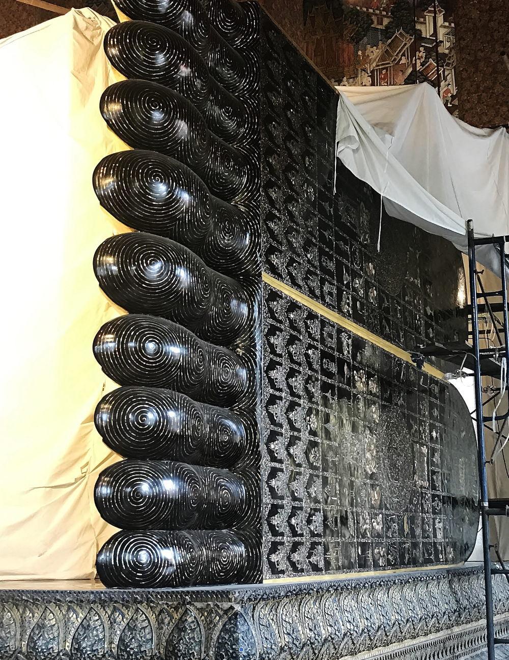 涅槃仏の足裏には108の仏陀の絵