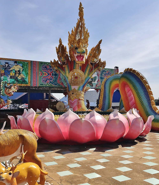 ワット・サマーンラッタナーラーム寺院 蓮と大蛇の像
