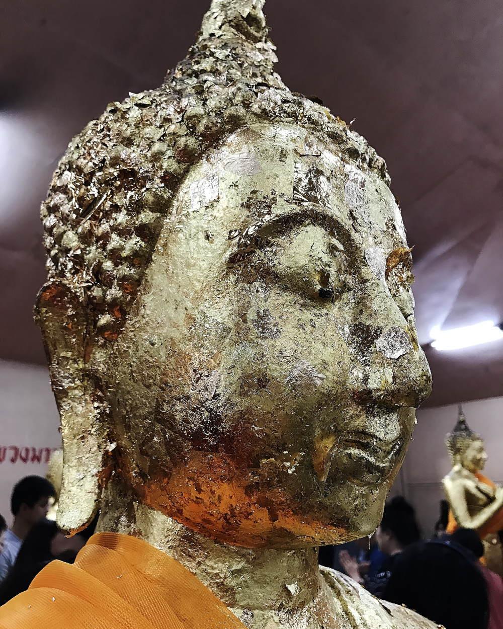 ワットソートーンで仏像に金箔をはる
