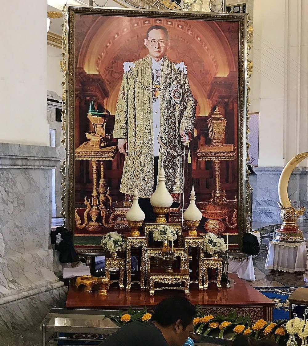 プミポン国王の喪に服すタイの人々