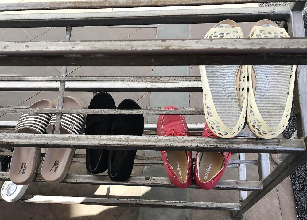 ワットソートーン 靴を脱ぐ