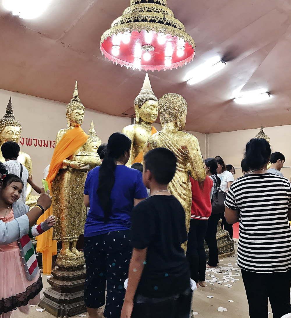 ワットソートーン 仏像に金箔をはる